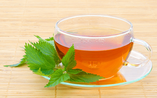 чай заваривается в чашке